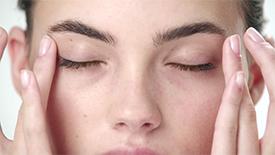 用Ultimune和Ultimune Eye打底并提升功效